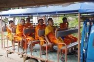 Quelques moines qui passent en bus