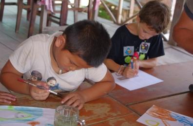 Séance peinture avec les enfants de Don Det