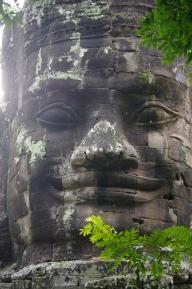 L'unique statue qui sourit (cachée en haut d'une porte)