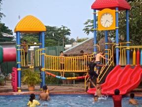 Orphelins à la piscine