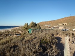 Red Bluff, cabane et lodges au fond
