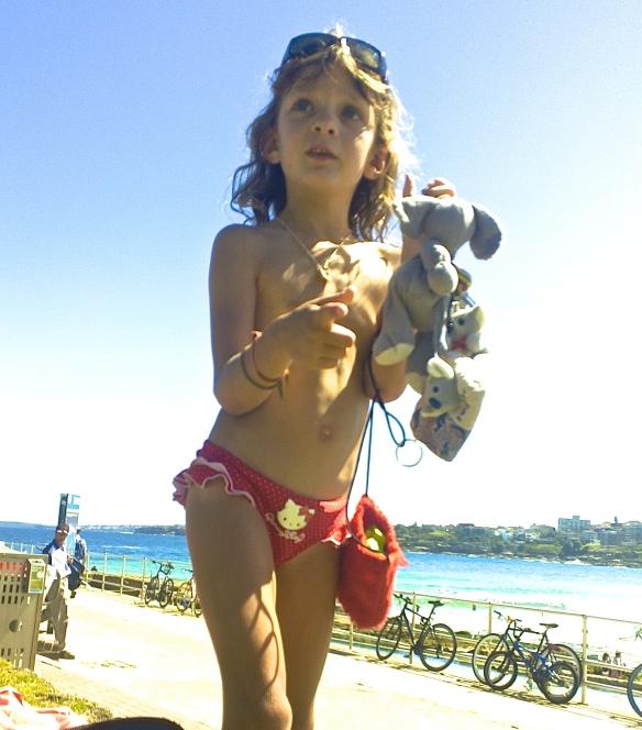 Bondi girl; sac assorti au maillot mais toujours doudou éléphant dans les parages