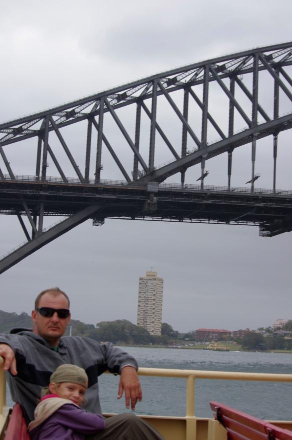 Ferry sous le Harbour Brigde
