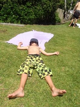 Jeune surfeur au repos à North Bondi