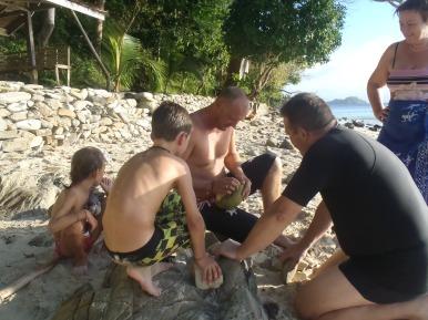 Les hommes coupent de la noix de coco