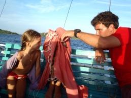 Marco effraie les enfants avec un bout de poisson
