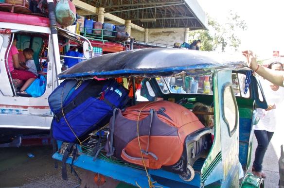 Chargement avec nos sacs d'un tricycle