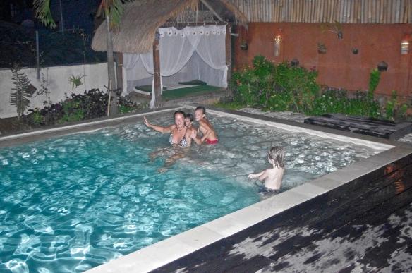 Arthur fait profiter Maceo et Hannah de sa piscine