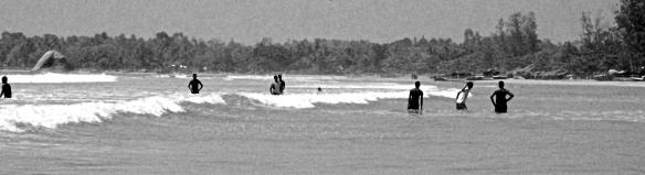 Adolescents srilankais dans l'eau