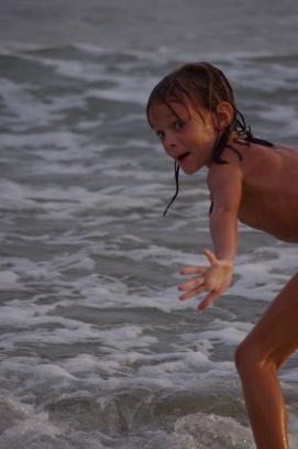Hannah essaye le surf
